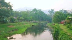 Flodstranden går i Pai, Thailand stock video