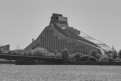 Flodstrandkonstruktion av stadsbyggnader riga latvia Daugava Royaltyfria Bilder