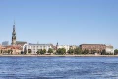 Flodstrandkonstruktion av stadsbyggnader riga latvia Daugava Arkivbilder