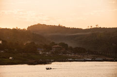 Flodstrandlandsby i morgonen Royaltyfri Bild