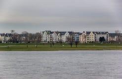 FlodstrandRhenDusseldorf Tyskland Arkivbild