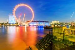 Flodstrandsikt av det London ögat och brittarkitektur Royaltyfri Fotografi