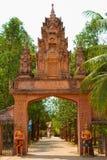 Flodstrandtempelingång av Kampot, Cambodja Royaltyfria Bilder