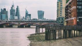 FlodThemsen i lågvatten med perspektivsikt på staden av London, Förenade kungariket, Juni 2018 arkivbilder