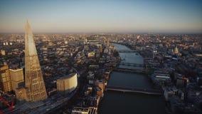 FlodThemsen i - mellan modern arkitektur av det London centret i härlig flyg- surrpanorama arkivfilmer