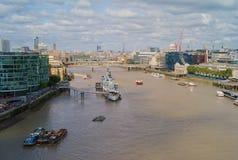 FlodThemsen i staden av London med HMS Belfast arkivbilder