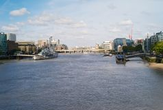 FlodThemsen i staden av London med HMS Belfast royaltyfria foton