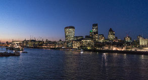 FlodThemsen London vid natt med staden av London horisont Fotografering för Bildbyråer