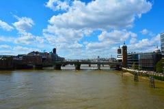 FlodThemsen och Southwark bro, London, Förenade kungariket Royaltyfri Bild