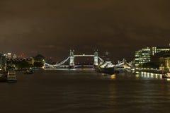 FlodThemsen och tornbro på natten i London Storbritannien Royaltyfri Bild