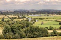 FlodThemsen som slingrar till och med jordbruksmark Arkivfoton
