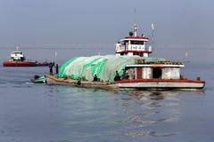 Flodtrafik - den Irrawaddy floden - Myanmar Arkivfoton