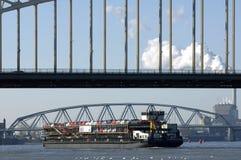 Flodtrafik, trans. av bilar på fraktbåten arkivbild