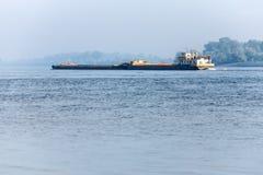 Flodtransport - bogserbåt på Donauen Arkivbild