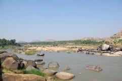 FlodTungabhadra dal med stenar, Hampi royaltyfri foto