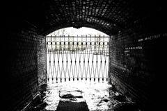 Flodtunnelen stängs med en järnport fotografering för bildbyråer