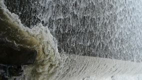 Flodurladdning, torrential vattenfallspring arkivfilmer