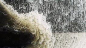 Flodurladdning, torrential vattenfallspring stock video
