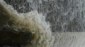 Flodurladdning, torrential vattenfallspring lager videofilmer