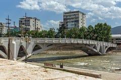 FlodVardar bortgång till och med stad av den Skopje mitten, Republiken Makedonien Arkivbilder