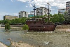 FlodVardar bortgång till och med stad av den Skopje mitten, Republiken Makedonien Royaltyfria Bilder