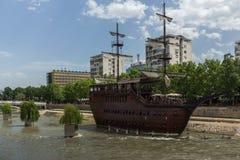 FlodVardar bortgång till och med stad av den Skopje mitten, Republiken Makedonien Arkivbild