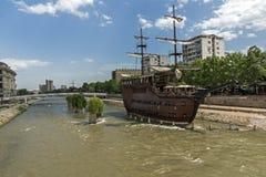 FlodVardar bortgång till och med stad av den Skopje mitten, Republiken Makedonien Royaltyfri Fotografi
