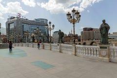 FlodVardar bortgång till och med stad av den Skopje mitten, Republiken Makedonien Royaltyfria Foton