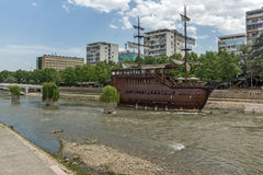 FlodVardar bortgång till och med stad av den Skopje mitten, Republiken Makedonien Fotografering för Bildbyråer