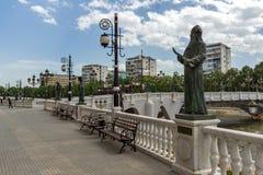 FlodVardar bortgång till och med stad av den Skopje mitten, Republiken Makedonien Arkivfoton