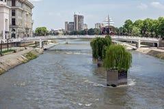 FlodVardar bortgång till och med stad av den Skopje mitten, Republiken Makedonien Arkivfoto