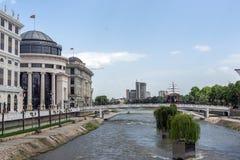 FlodVardar bortgång till och med stad av den Skopje mitten, Republiken Makedonien Royaltyfri Bild