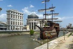 FlodVardar bortgång till och med stad av den Skopje mitten, Republiken Makedonien Royaltyfri Foto