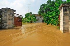 Flodvatten passerar ett hus Fotografering för Bildbyråer