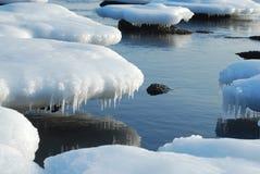 Floes de gelo redondos incomuns com sincelos em um backgrou Imagem de Stock Royalty Free