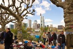 Flohmarkt auf der Ufergegend der Fluss-Hauptleitung Stockfotos