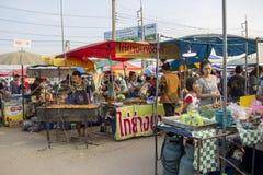 Flohmarkt mit Leute ` s Lebensart in der Provinz mit dem Einkaufen lizenzfreies stockfoto