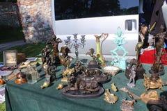 Flohmarkt - Statuen und andere Dekorationen verkauften dort als Antiquitäten oder Kuriositäten stockfoto