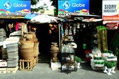Flohmarktspeicher in Dapitan-Säulengang in Manila, Philippinen, die Haushaltsware und Hauptdekor verkaufen stockfotos