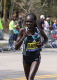 Flomena Cheyech Daniel läuft herauf den Leid-Hügel während des Boston-Marathons am 18. April 2016 in Boston Stockbilder