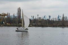 Flooat estiró el pueblo pesquero del fondo de la lona Primavera gris Foto de archivo