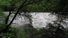 Floodng à la rivière Mangfall près de Tegernsee en Bavière Allemagne banque de vidéos