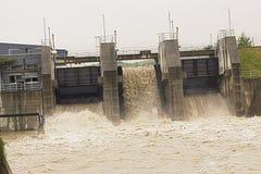 Floodwater till och med kraftverket, Bosnien Arkivbild