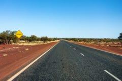 Floodway Warnzeichen in West-Australien auf einer geraden Hinterlandstraße stockfotografie