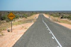 Floodwayzeichen West-endlose Straße Australien-Wüste lizenzfreie stockbilder