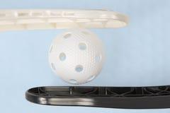 Floorball棍子和白色球 库存图片