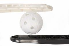 Floorball棍子和白色球 免版税图库摄影