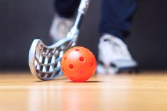 Floorball球员用棍子和球 地板曲棍球 免版税库存图片