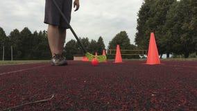 Floorball man på fyrkanten med röda kottar arkivfilmer