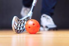 Floorball spelare med pinnen och bollen Golvhockey royaltyfri bild